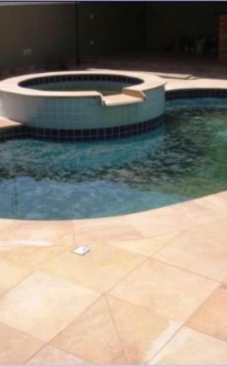 Piscinas com bordas e pisos em pedra natural - Foto: 10