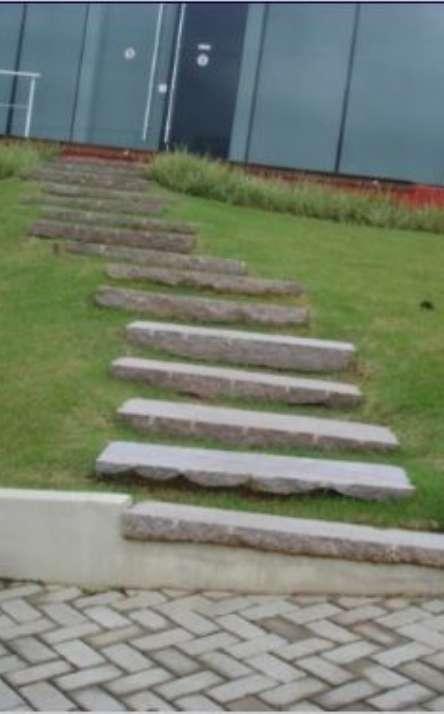Piscinas com bordas e pisos em pedra natural - Foto: 7