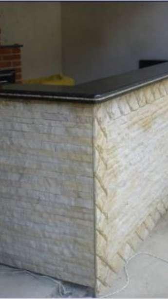 Foto: Churrasqueiras com acabamentos em mármore e granito